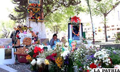 Varios dejan sus ofrendas en tumba de Carlos Palenque