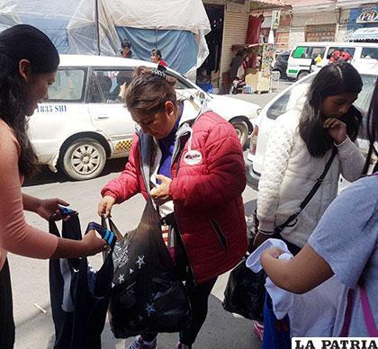 La tarea es realizada por estudiantes del colegio Antofagasta
