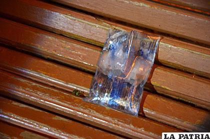 La bolsa que bebía la víctima y se quedó en el banco donde se indispuso