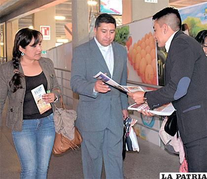El periódico LA PATRIA se reparte entre los feriantes gratuitamente