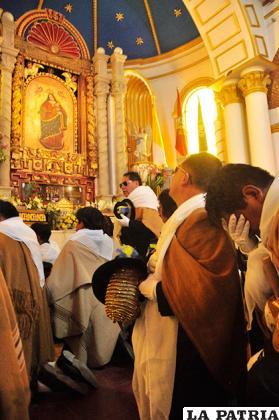Lágrimas brotan de los devotos al estar de rodillas ante la Virgen del Socavón