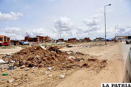 Gran cantidad de escombros se botan en las veredas de los caminos