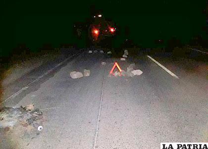 El vehículo chocó y se llevó por delante las piedras