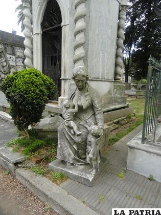 Una estatua que denota vida en el lugar donde reina la muerte