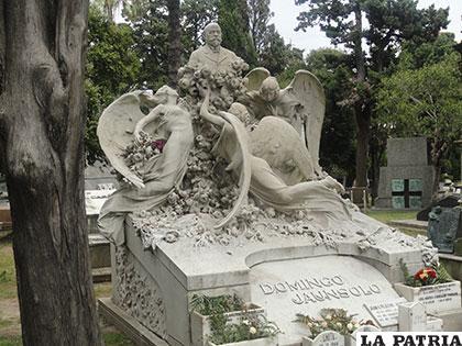 Algunas tumbas son verdaderos homenajes a los seres queridos