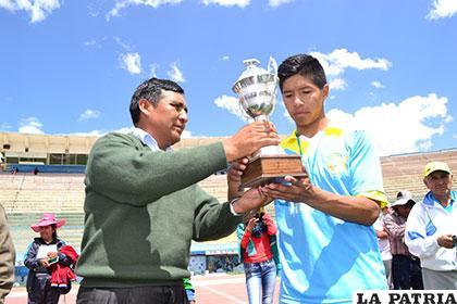 Nick Gómez, de VHSR, recibe el trofeo de subcampeón