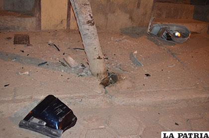 El incidente provocó daños en el poste y pérdida temporal de energía eléctrica en algunos domicilios