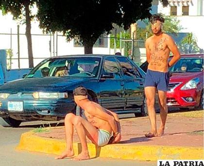 Los dos sujetos abandonados semidesnudos en la vía /Infobae