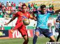 Gualberto Mojica intenta rematar ante la marca de su rival