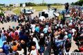 Decenas de personas abrazan a  familias de tripulantes del submarino