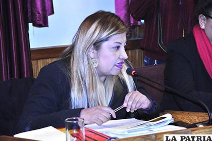 La concejal secretaria Denisse Villca/ LA PATRIA