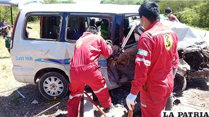 Personal de Bomberos intenta sacar los cuerpos de los pasajeros / Adalberto Montenegro