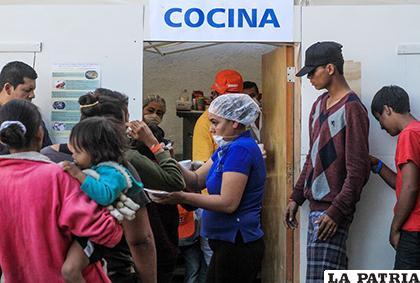 Integrantes de la caravana de migrantes centroamericanos reciben comida en Tijuana/ ELDIA.ES