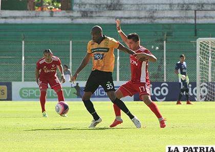 Víctor de Jesús domina el balón ante la marca de Rodrigo Cabrera / APG