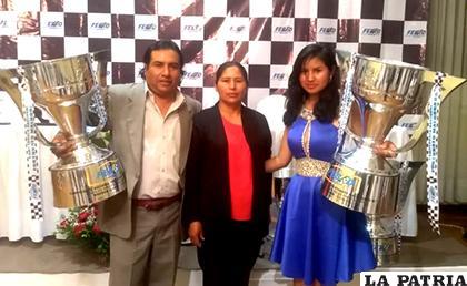 Santos Chile junto a su esposa y su hija Wendy con los trofeos de campeones / cortesía Miguel Flores
