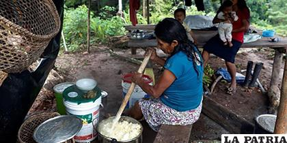 Una mujer preparando masato, una bebida alcohólica a base de yuca en la Amazonia peruana/ELPAIS.CR