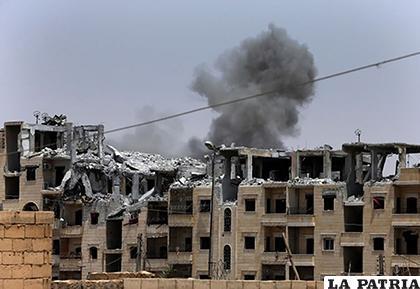 Una columna de humo se levanta tras un ataque aéreo de la coalición internacional en Raqa, Siria/NACION.COM