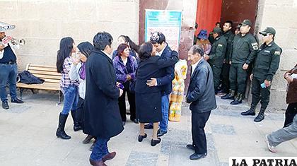 El recibimiento de su familia, ante la mirada policial en la puerta del penal /LA PATRIA