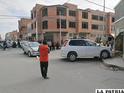 El vehículo que impactó contra el inmueble /LA PATRIA