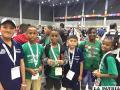 Los representantes orureños (de azul) junto a competidores de otros países/ ROBOTEC