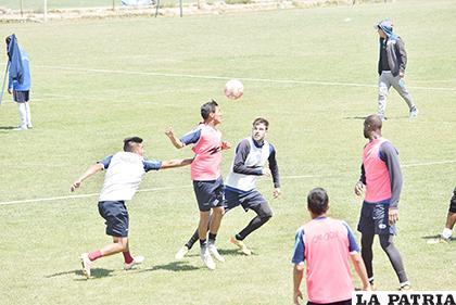 Pablo Vaca controla el balón ante la mirada de Hernández /Reynaldo Bellota /LA PATRIA