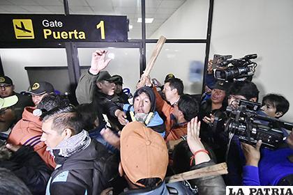 Gente con palos ingresó al aeropuerto internacional de El Alto /APG