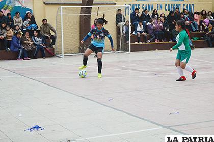 Una acción del partido de futsal entre Dalence y Liceo Oruro /Alex Zambrana /LA PATRIA