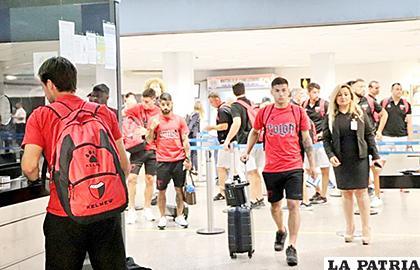Jugadores de Colón a su arribo al aeropuerto de Asunción  /cadena3.com