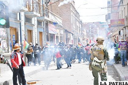 La Policía tuvo que gasificar para evitar mayores enfrentamientos /LA PATRIA