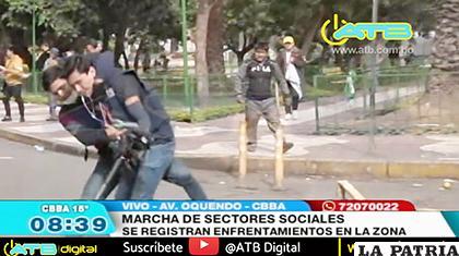 Durante la refriega, dos camarógrafos de la red televisiva fueron atacados por cocaleros  /CAPTURA DE PANTALLA