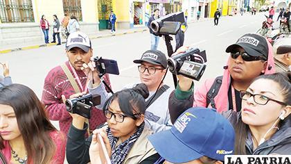 Los periodistas orureños realizando su labor cotidiana /LA PATRIA