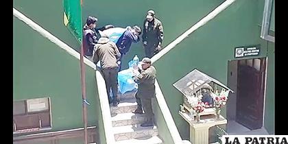 Los funcionarios policiales sorprendieron a varias personas sacando agua de la Gobernación /LA PATRIA