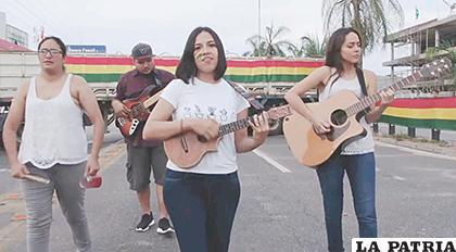 Carolina Bessola le puso ritmo a la manifestación de los bolivianos /captura de pantalla