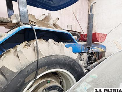 El tractor encontrado abandonado en un taller mecánico de la zona Sur / Ever Moya