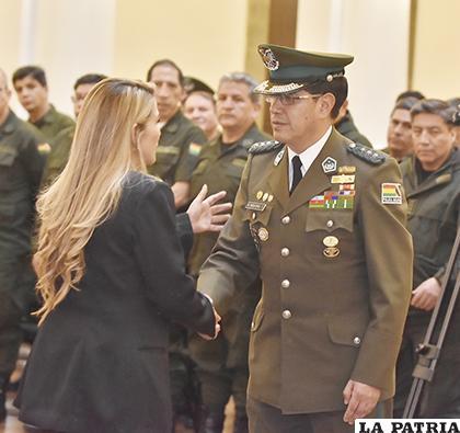 La nueva autoridad policial, saluda a la Presidente de Bolivia, Jeanine Áñez / APG