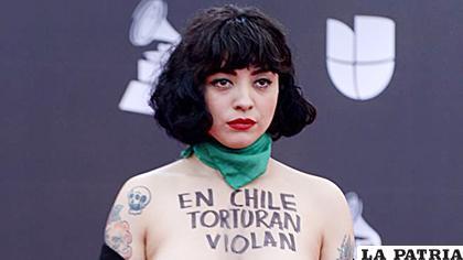 La artista chilena Mon Laferte denunció los abusos que se están cometiendo en Chile, desde la alfombra roja de los Grammy Latinos que se entregaron este jueves en Las Vegas /AFP
