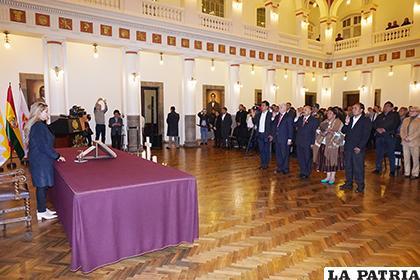Nuevos ministros juran al cargo ante la Presidente Áñez /APG