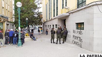 Policías resguardando el Concejo Municipal /LA PATRIA