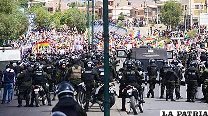La Policía y el Ejército intentan hacer prevalecer el orden tanto en La Paz como en Cochabamba / LA PATRIA
