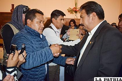 Zenón Pizarro (Izq) y Saúl Sánchez (Der) estrechan las manos luego de conocer los resultados /LA PATRIA