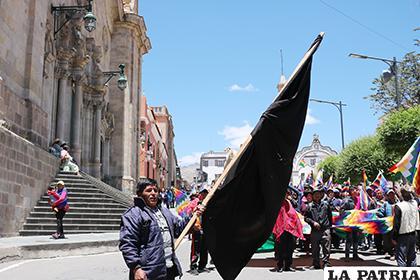 En la marcha del martes portaban una bandera en señal de luto por el fallecido en Betanzos /El Potosí