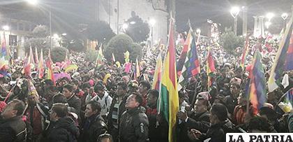 La gente en la plaza principal, cuando se izaba la wiphala /El Potosí