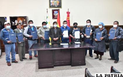 Representantes de los municipios junto al gobernador de Oruro luego de la firma /Gad-Oru