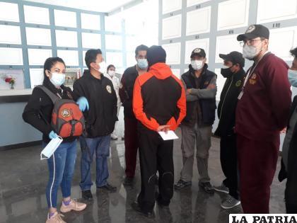 Especialistas del IDIF llegaron para realizar la autopsia /LA PATRIA