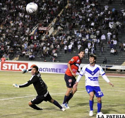 Una acción del partido entre Universitario y San José