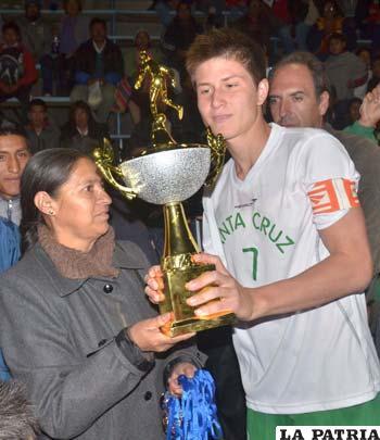 Iván Barbery recibe el trofeo de campeón de Inés Humacayo