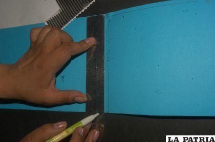 PASO 1 Cortar la cartulina celeste de 12,5 cm x 40 cm. Cortar con la tijera de formas, la cartulina blanca de 11 cm x 19 cm. Cortar el cartón corrugado de 10,5 cm x 18,5 cm.