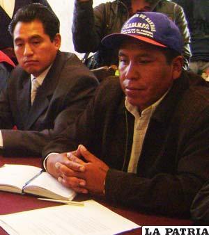 Presidente de la Febampo, Gonzalo Choque Huanca (con gorra), junto al asesor de su institución, Lolín Choque