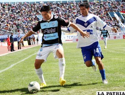 Méndez y Puma en procura de dominar el balón
