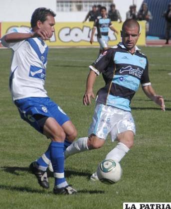 Suárez avanza con balón dominado ante la marca de Sanjurjo